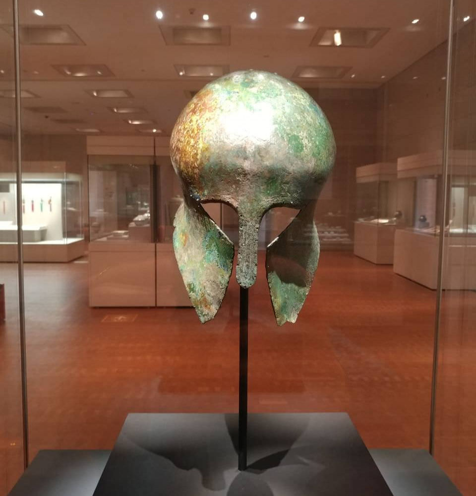 greek-bronze-helmet-national-museum-korea
