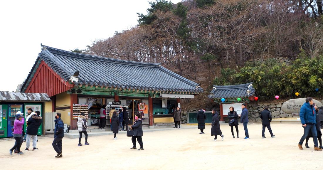 seokguram-grotto-entrance-area